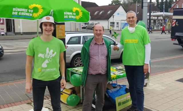 Hier sieht man Eric, Markus sowie Fabian vor unserem Wahlkampfstand am Herrenhäuser Markt