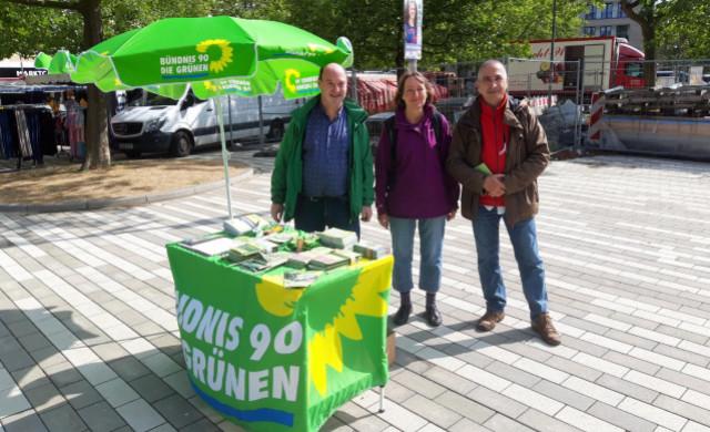 Hier sieht man Markus, Heike sowie Alfred vor unserem Wahlkampfstand am Stöckener Markt
